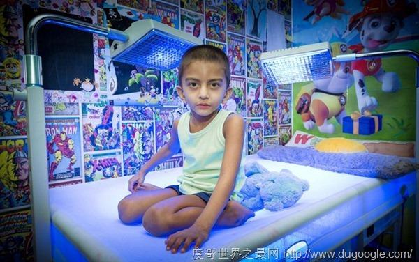 四歲男孩伊斯梅爾·阿里患怪病,必須一天20小時帶著特制藍光床上