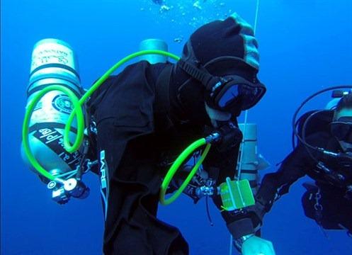 艾哈迈德·贾布尔打破了最深的潜水纪录超过300米