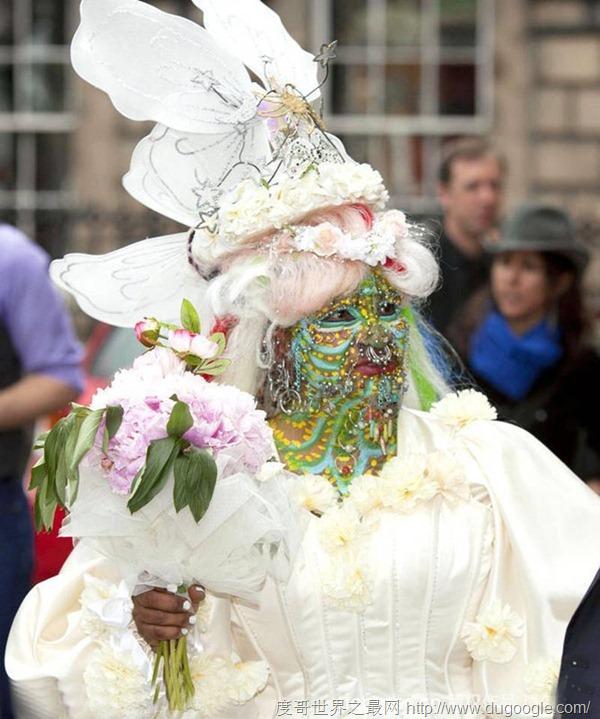 全球最丑女人结婚了!伊莱恩身上打孔超过7000个