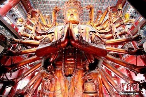 世界最大的金漆木雕千手千眼观音像