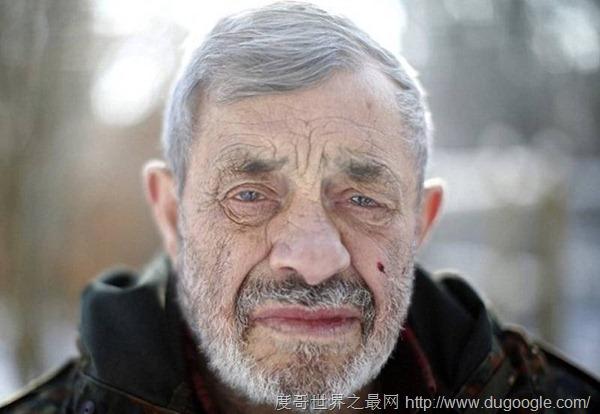 79歲德國老人與狼共舞,40年飼養29只狼