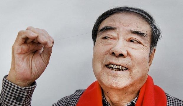 80岁郑树森老人刷新最长的眉毛世界纪录