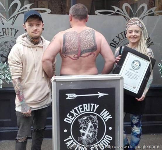 英国男子创287项吉尼斯世界纪录包括在背上纹267遍女儿的名字