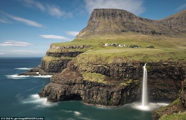 很长的路拐角店!只有16人活在这个小村庄坐落在高的悬崖法罗群岛的海岸附近
