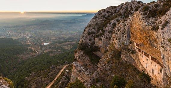 西班牙韦斯卡省的比尔亨岩石隐居地及安耶斯村