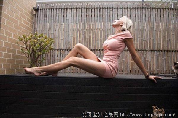女模特Caroline Arthur腿长1.3米,号称世界上腿最长的人
