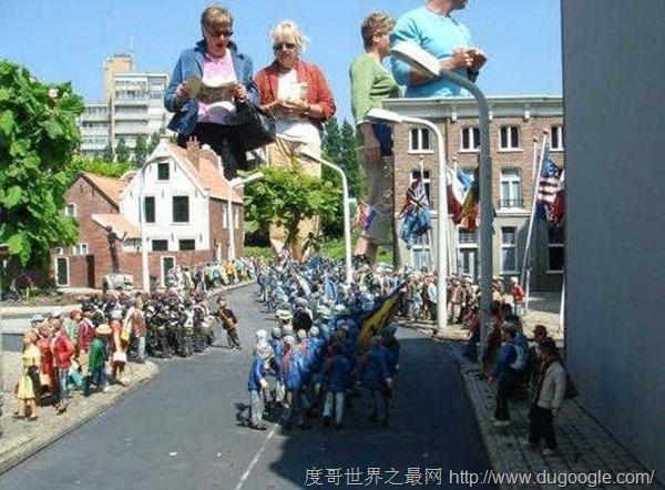全球最小城市居民都是寸把高 荷兰马德罗丹小人国