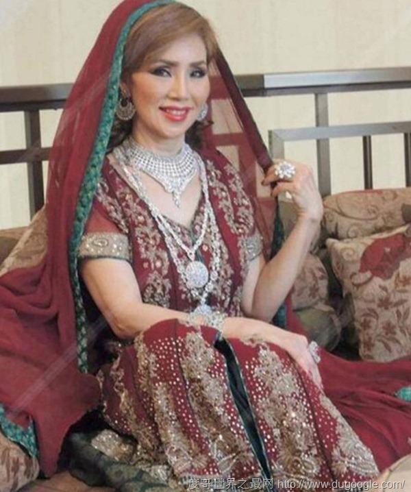 60歲泰國女子嫁迪拜大土豪五女侍一夫,每月零用錢可買一輛跑車