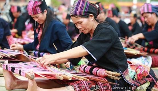 百人共织黎锦 传承中华文化