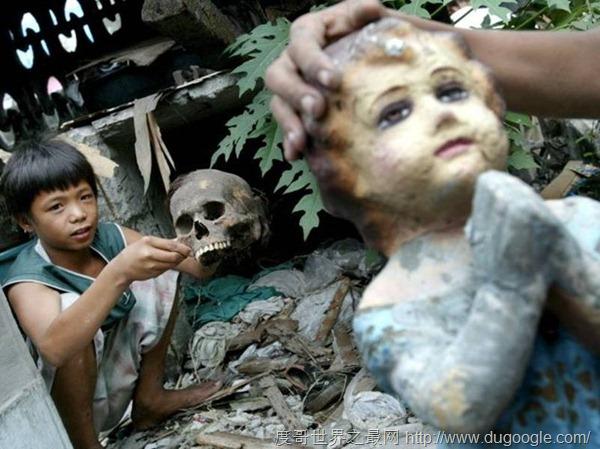 馬尼拉貧民住在遍地腐尸的墓地終身與死人為伴