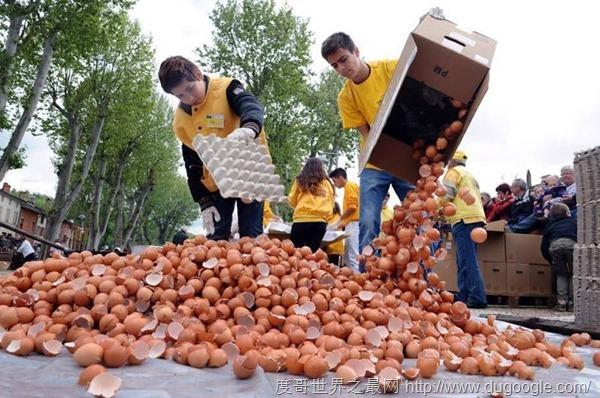 法国小镇做全球最大煎蛋,五千多个鸡蛋连续多年吉尼斯世界记录