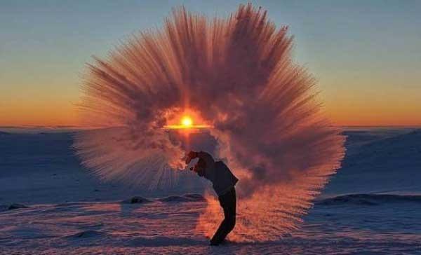 加拿大的摄影师麦克在零下40度的北极圈泼热茶 拍出凝结的超梦幻美景